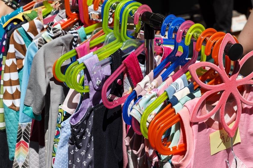 Kleider auf dem Flohmarkt verkaufen